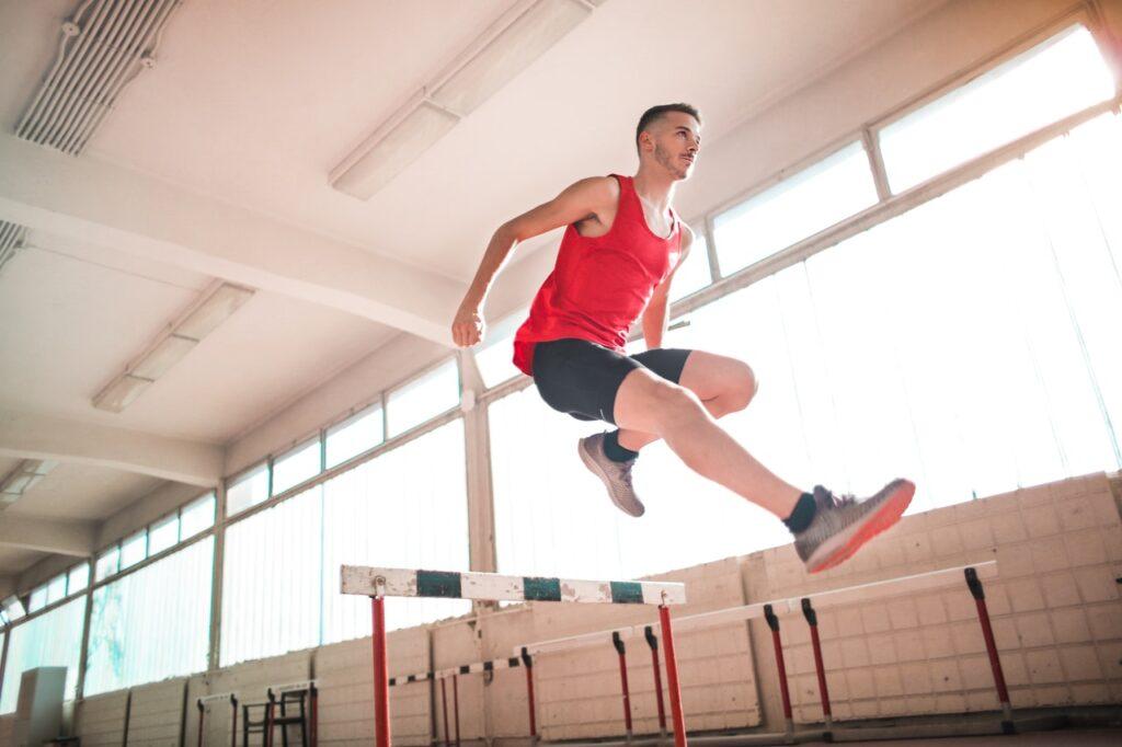 Sportler beim Hürdenlauf